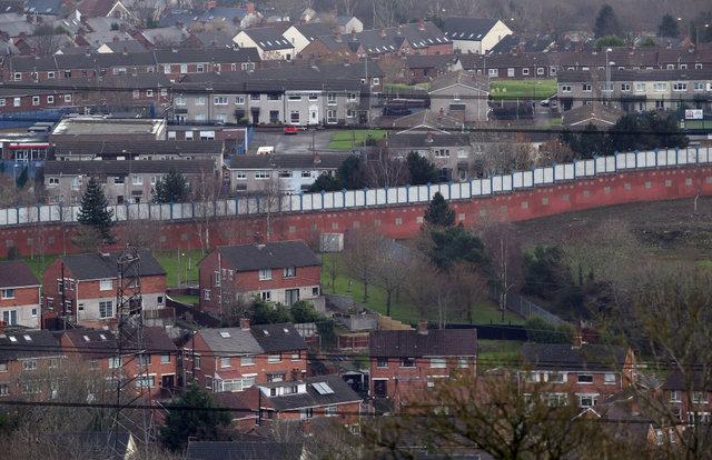 دیوار صلح بین کاتولیکها و پروتستانها در بلفاست.ایرلند شمالی