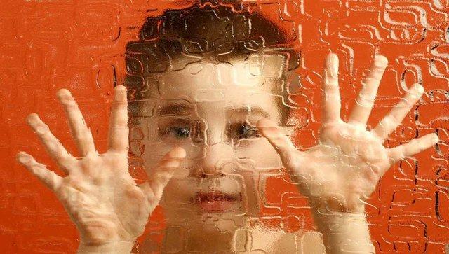 کودک-مبتلا-به-اتیسم.jpg