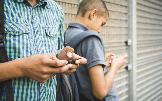 موبایل تلفن همراه اینترنت نوجوان تنهایی گوشی هوشمند رسانههای اجتماعی