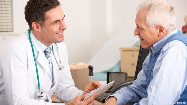 بیمار پزشک دکتر سالمند مردان