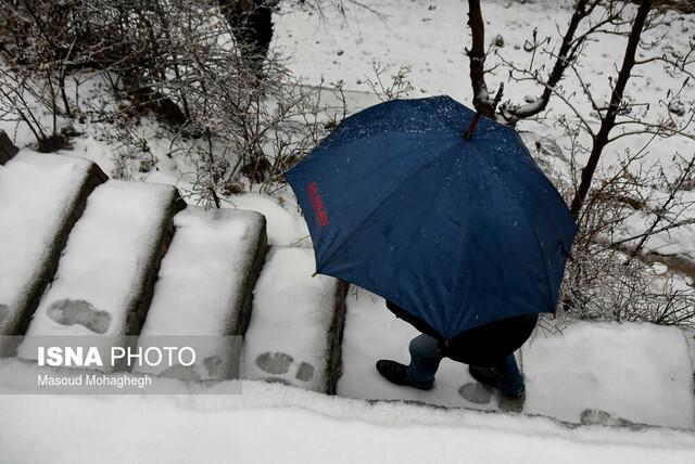 بارش برف زمستانی شهر کوهستانی شهمیرزاد در شهرستان مهدیشهر - استان سمنان