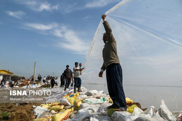 تلاش مردم برای جلوگیری از ورود سیلاب به روستاهای آققلا