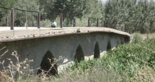 تردد خودروهای سنگین از روی پل تاریخی گیشنگان جونقان